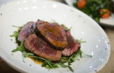 Медальоны из говядины с салатом из рукколы и помидоров. Сочный ростбиф с кунжутным соусом