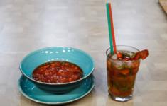 Безалкогольный клубничный мохито. Суп из клубники и мороженым, приготовленным на жидком азоте