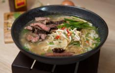 Куриный суп с рисовой лапшой. Рулетики с ананасом и курицей