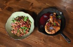 Цыпленок тапака с ежевичным соусом. Салат из фасоли с ежевикой