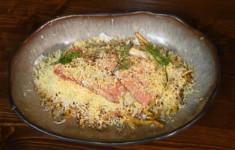Мясной хлеб с жареным во фритюре бататом. Салат «Горячая мимоза»