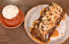Финиковый пудинг с соленой карамелью. Какао с фундуком