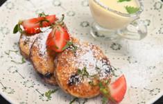 Сырники с черникой и соусом крем англез. Смузи с личи и клубникой