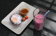 Творожное суфле с карамельным соусом. Смузи с клюквой и кефиром