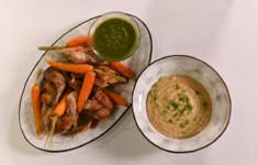 Запеченный кролик с молодой морковью и соусом песто. Крем из жареного картофеля со сливками и сыром