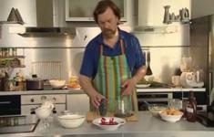 Творожный десерт с фруктовым и ягодным пюре со взбитыми сливками