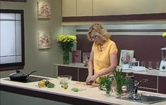 Салат с авокадо и красным луком. Семга на пару. Рябиново-яблочный напиток