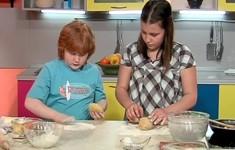 Пирожки с луком и яйцами. Пестрый суп. Апельсины «Сюрприз»