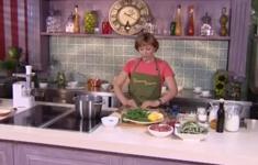 Суп с фрикадельками. Маффины с малиной. Салат из стручковой фасоли