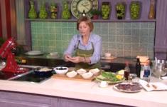 Овощной суп. Ломтики сыровяленой говядины с соусом. Теплые миндальные кексы с виноградом