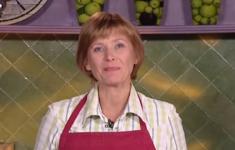 Сельдь в горчичном соусе с маринованной свеклой. Ржаной хлеб. Черничный йогурт с медовым сиропом