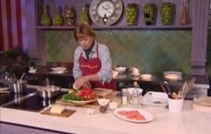 Перец, фаршированный сладкой чечевицей и финиками. Салат из хурмы с подкопченной семгой. Свекольно-шоколадный пирог
