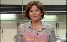 Паровой рулет с картофелем и томатным соусом. Маринованные помидоры. Козинаки с кунжутом