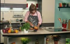 Куриные голени в лимонной глазури. Салат из свеклы и грейпфрута. Гарнир из хлеба