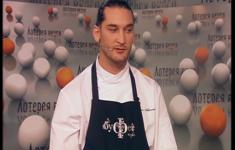 Филе сибаса с ризотто из перловки и соусом из перца