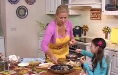 Фаршированные ракушки (макароны). Салат рукола с лососем и огурцом